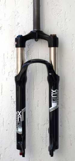"Вилка SR Suntour SF14 XCR32 DS LO R, 26"", 100MM, черный."